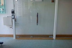 Porta de abrir com controle de acesso
